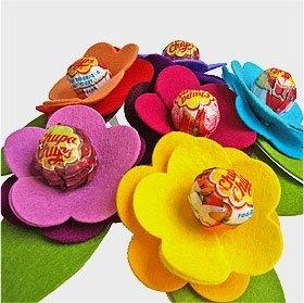Flor de fieltro para golosinas.¿No es un invento dibertidisimo y fácil de hacer?