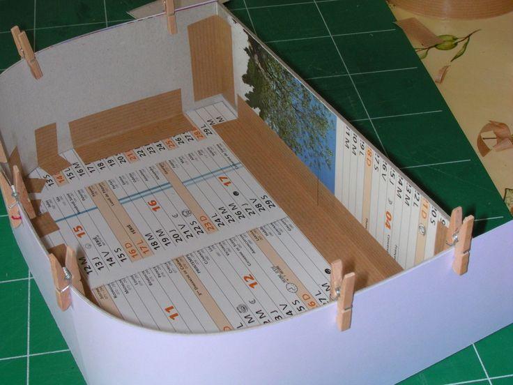 Il faut : Carton 2 mm (type calendrier) Carton 1 mm (type boîte à céréales) Bristol (papier 250 gr) Kraft (gommé) Cutter, ciseaux, règle, crayon etc Colle à bois Tissu Attaches parisiennes Fermoir 2 anneaux tableaux avec support (vendu par 6 env 3,50€)...