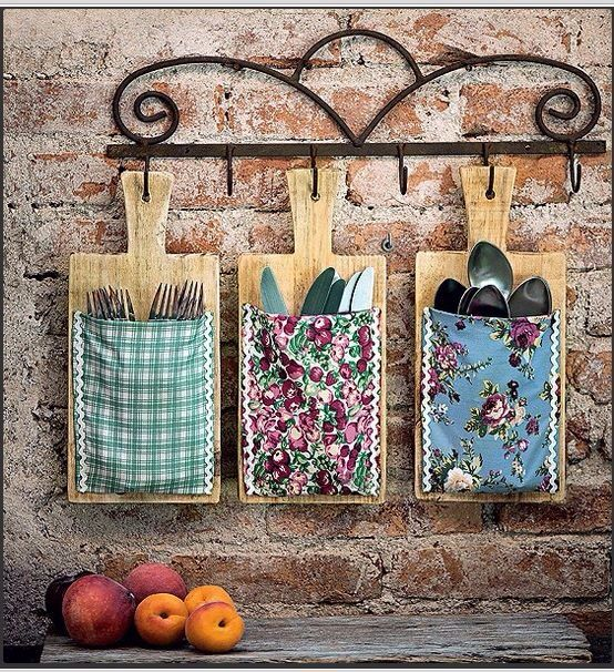 Cutting boards with fabric pockets! ... love the look of them hanging! | Ideia