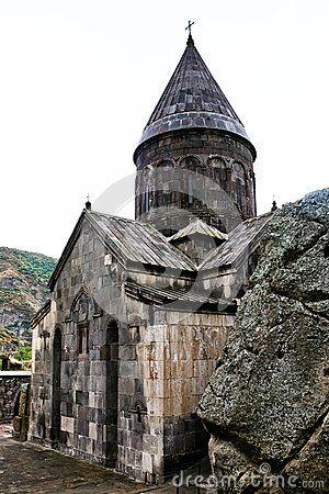 Katoghike monastero Geghard -È la chiesa principale del complesso, costruita nel 1215. Essa è costruita contro la montagna, con una pianta a croce greca iscritta in un quadrato e coperta da una cupola a base quadrata Cerca con Google