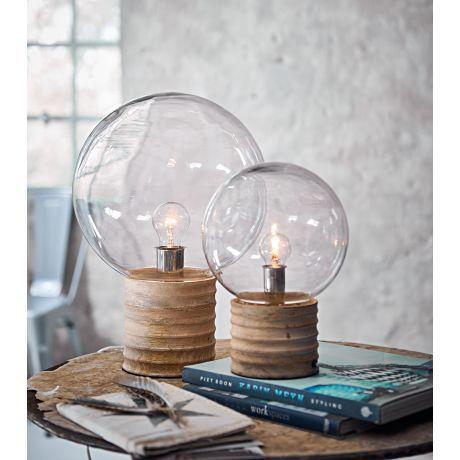 Diese besondere Tischleuchte mit einem hellen Glasschirm in Form einer Kugel ist garantiert ein Hingucker in Ihrem zu Hause.