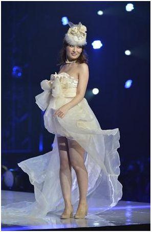 Kumada Yoko walks the runway while 8 months pregnant