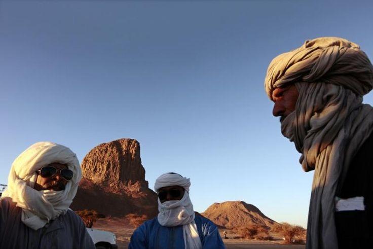 Tuareg mannen staan in de voorkant van de Iharen piek in de buurt zuidelijke stad Tamanrasset Reuters