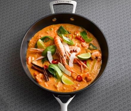 Curry rosso Thai preparato nella padella wok antiaderente Le Creuset.  La ricetta completa su: www.facebook.com/pages/Le-Creuset-Italia.  #food #LeCreusetItalia #recipe