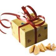 Ищите что-бы подарить? Красивое, интересное и необычное?  Тогда мы предлагаем Вам печенье удачи «Праздничное».  Красивое и яркое оформление подчеркнет и украсит любой праздник — будь то День Рождения или встреча старых друзей, подарок своей девушке или детям.  А вкусное печенье и предсказание на любой вкус — романтическое, детское, для вечеринки или стандартное — поможет получить максимум удовольствия.   Количество печенек в коробке — 5 шт