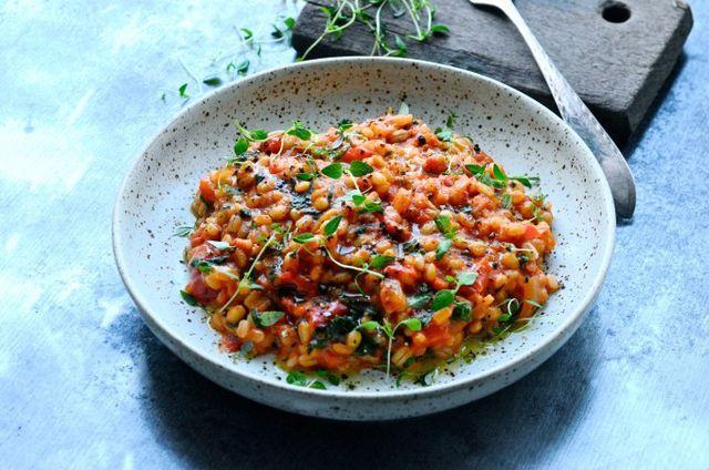Her kommer endnu en perlebyg risotto opskrift, som jeg efterhånden har lavet en del af. Denne gang er det med tomat og parmesan, som er en super nem og skøn hverdagsret. Nogle gange har jeg lyst til e