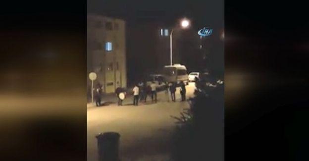 Erzincan'da Ramazan davulcusunu duyan gençler sokakta toplanıp halay çekti