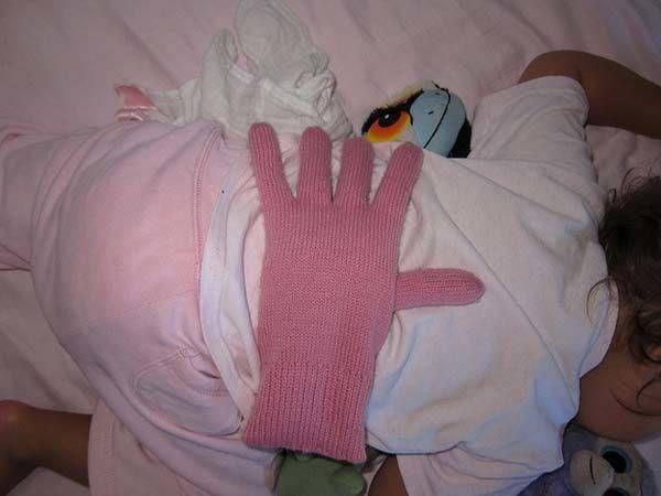 Ein Handschuh voller Bohnen gibt dem Baby Sicherheit, wenn man nicht selbst da sein kann. Ein enorm hilfreicher Life-Hack für alle frisch-gebackenen Eltern. | unfassbar.es