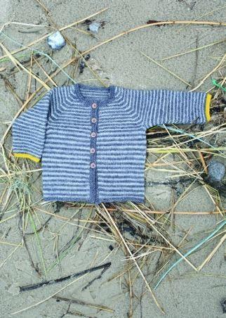 <p>Baby og børnetrøje med et helt specielt miks af glat og ret striber der skaber en flot flot smuk effekt.