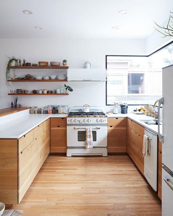 20 Irresistible White Kitchen Designs mit Holz für einen eleganten Look