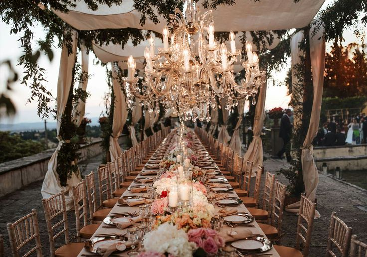 Imperial table settings, ideas for luxury weddings in tuscany. Peonies english roses and lisianthus decor