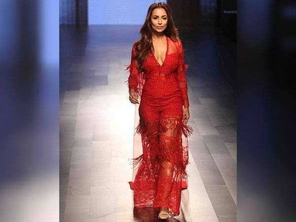 #MalaikaArora Looks Sizzling #Hot In Red At #lakmefashionweek2017     #LakmeFashionWeek #Fashion