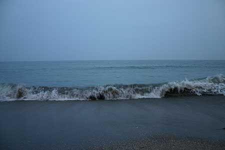 ザブン、ザブン、と規則正しく打ち寄せる波を見ていると、今になっても子供のように、靴を脱いで足を海に入れたくなる。裸足で砂の上を歩く感触。[2005/6 七里ガ浜(神奈川県)]© 2010 風旅記(M.M.) 風旅記以外への転載はできません...