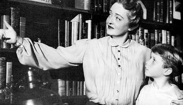 """""""Storm Center"""" (1956). Bette Davis interpreta el paper d'una bibliotecària de poble que és acomiadada i perseguida quan es nega a donar de baixa un llibre sobre comunisme."""