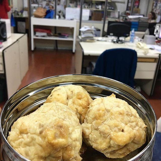"""WEBSTA @ agusdandri - Mi merienda 👀 Culturalmente, al menos los argentinos, solemos relacionar la hora del té con galletitas, budines, alfajores, tostados, tortas y todo tipo de producto del kiosco. Sin embargo ¡no tiene por qué ser así!TIP ✌🏼️ Piensen en la merienda como """"una comida más"""". Amplíen las opciones: galletas de arroz con palta, pinchos de camarones, mugcakes de huevo, rollitos de pavo y queso descremado, una ensalada con atún. Les dejo mi SNACK proteico de hoy que es uno de mis…"""