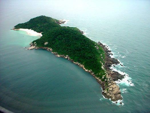 Isla de Campeche ubicada al sudeste de Florianópolis, frente a la playa Campeche; un paraíso natural y arqueológico.