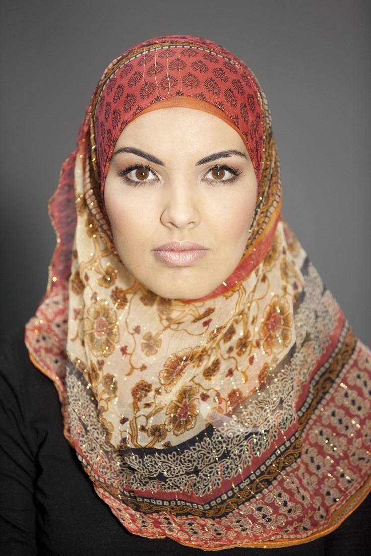 """""""Speciaal gemaakt door mijn mamma uit een lap stof. Eén keer gedragen. Op een Marokkaanse bruiloft, in december 2005.""""    #hoofddoek #hijab  http://www.hoofdboek.com/"""