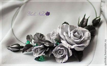 Купить или заказать Колье ' Блики изумруда' в интернет-магазине на Ярмарке Мастеров. Колье из роз. Серые розы, черненые листики и благородные блеск хрусталя Сваровски изумрудного цвета. Цветы закреплены на металлическом шнуре. Украшение очень легкое, эффектное. Цвет был выбран под платье дымчато- серого цвета. В комплект к колье может быть изготовлены серьги, браслет, украшение в…