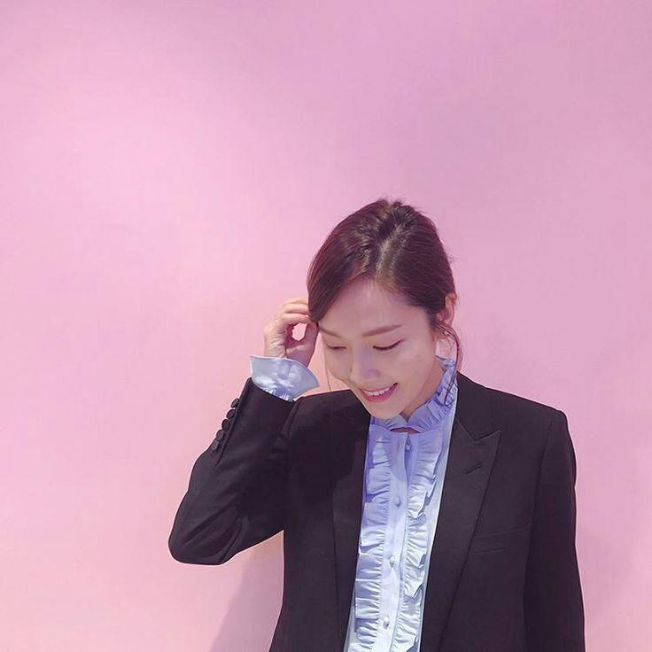 """0 lượt thích, 1 bình luận - Jessica Queen 🌟👑😘 (@dear_diaryj) trên Instagram: """"Got pink? 🎀 #jessicajung #goldenstars #jesstagram #krystal #krystaljung #jessica"""""""