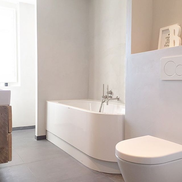 25 beste idee n over modern badkamerontwerp op pinterest moderne badkamers moderne badkamer - Moderne badkamer met ligbad ...