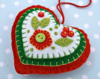 Groen en wit voelde Kerst ornamenten.  Set van drie kleine hangende huizen, handgemaakte met vilt en vintage katoen in groen en wit. De daken, deuren en Vensters zijn hand-opgestikte met vintage katoenen stoffen, geborduurde bessen groeien op de muren en de deur-knoppen zijn uiterst kleine knopen.  Handgemaakt in Ierland.  CA 8cm/3 inches hoog. De aanbieding is voor 3 huizen.
