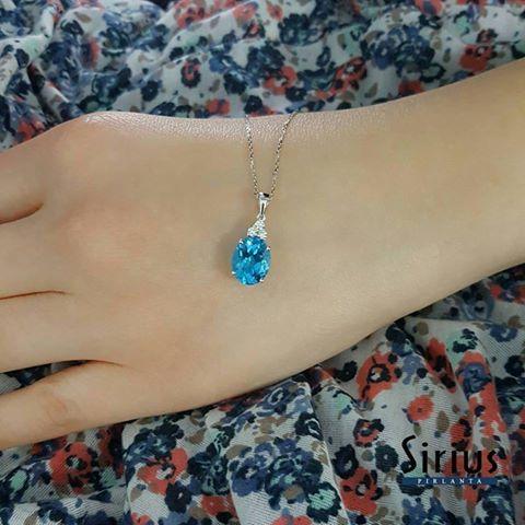 Mavi topaz ve Pırlanta Kolye http://www.siriuspirlanta.com/kolye/renkli-kolye/pirlanta-ve-oval-mavi-topaz-tasli-kolye-04p0108