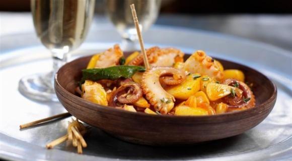 Πεντανόστιμο χταποδάκι με πατάτες και κρεμμύδια στη κατσαρόλα. Το τέλειο πιάτο, με πλούσιαεξαιρετική γεύση, ιδανικό για το νηστίσιμο σαρακοστιανό τραπέζι κ