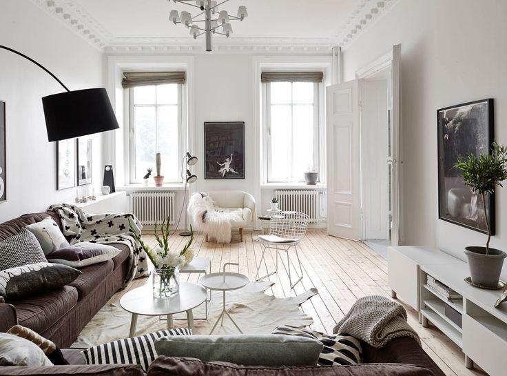 Зеленые растения и цветы в интерьере гостиной квартиры в скандинавском стиле