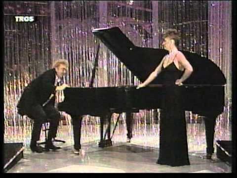 André van Duin - Sketch Pianist en zangeres die haar slipje verliest