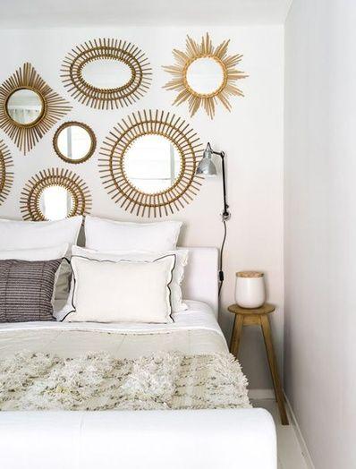 Une tête de lit avec des miroirs
