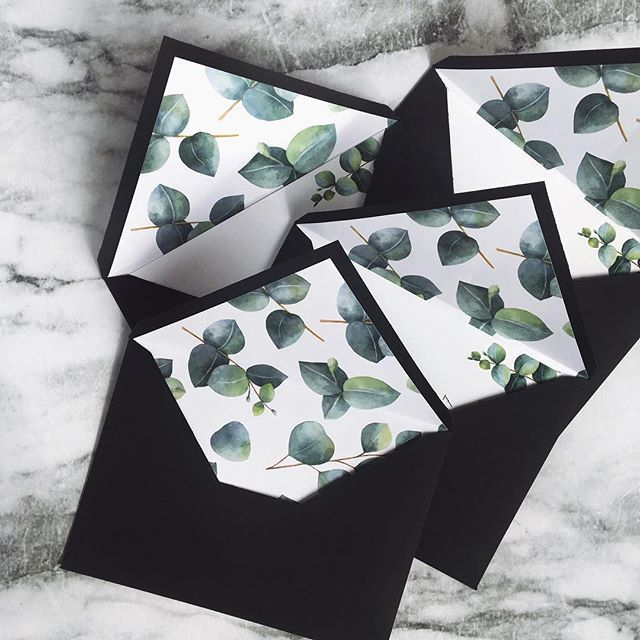 © PAPIRA invitatii de nunta personalizate // Minimal envelope liners with beautiful eucalyptus leaves illustrations. #papiradesign #papirainvitations #invitatiidenunta #invitatiinunta