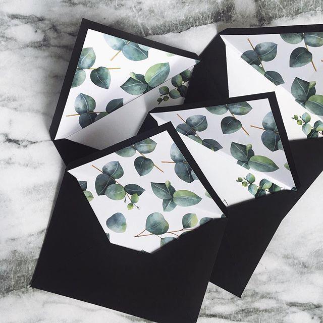 © PAPIRA invitatii de nunta personalizate // Minimal envelope liners with beautiful eucalyptus leaves illustrations. #papiradesign #papirainvitations #invitatiidenunta #invitatiinunta