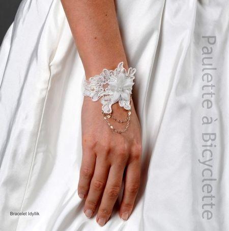 """Bracelet de mariée """"Idyllik"""" en dentelle de Calais ivoire, perles de culture naturelles, fleurs de soie, cristal d'Autriche et argent #wedding #jewellery #bracelet #pauletteabicyclette #fleurdesoie"""