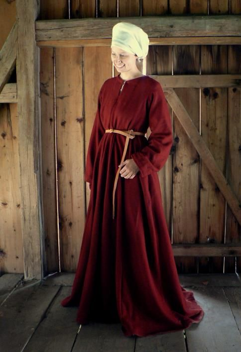 houppelande with narrow (not bagpipe) sleeves -- LOVE the color/fabric