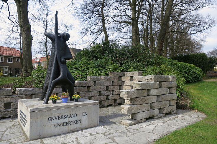Bronbeek 'Momument Vrouwenkampen' (1985) van de Nederlandse kunstenaar Frank C. NIx (Batavia 1934 - Bleskensgraaf 2008). ---------------------------------------- Het beeld was oorspronkelijk in 1971 in Amersfoort geplaatst, maar nadat het daar vernield was, is het na de restauratie op het terrein van Bronbeek teruggezet. (1985).