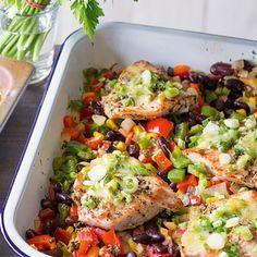Putenschnitzel mexikanisch 1 Gemüsezwiebel, je 1 rote und grüne Paprikaschote, 1 Dose Kidneybohnen, 1 Dose Maiskörner, 200 g Tomaten, 3 EL Olivenöl, 1 EL Butter, Salz, Pfeffer, 1 EL frisch gehackter Oregano (oder 1 TL getrockneter), 4 Putenschnitzel (à ca. 150 g), 4 Frühlingszwiebeln, 4 EL frisch geriebener Emmentaler, Gratinform (ca. 25 x 30 cm) Schritt 1 Die Zwiebel schälen und würfeln. Paprikaschoten halbieren, putzen, waschen und fein würfeln. Bohnen und Mais in ein Sieb abgießen…