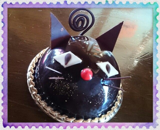 ル・シャ・ノワール        ¥486(450)     下から、クロッカン・ショコラ、味わい深いショコラ生地、こくのあるチョコレートクリーム、ブランマンジェ・ショコラ、そして柔らかめのガナッシュ・ショコラ。  とにかくチョコレートずくしの、幸せお菓子!!!  黒猫の愛くるしさがたまりませーん(*´ω`*)