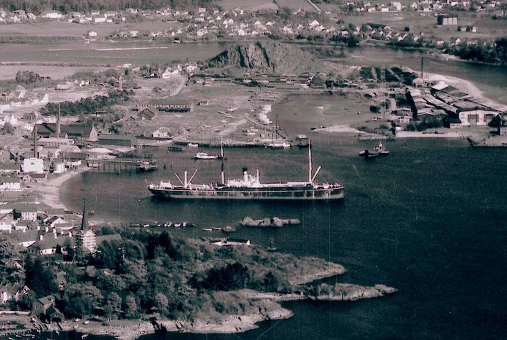 Utsnitt fra flyfoto av Larvik tatt i 1940. Vi ser blant annet Larvik havn, Revet og Tollerodden.  Se hele bildet her:  https://www.flickr.com/photos/vestfoldmuseene/14392309990