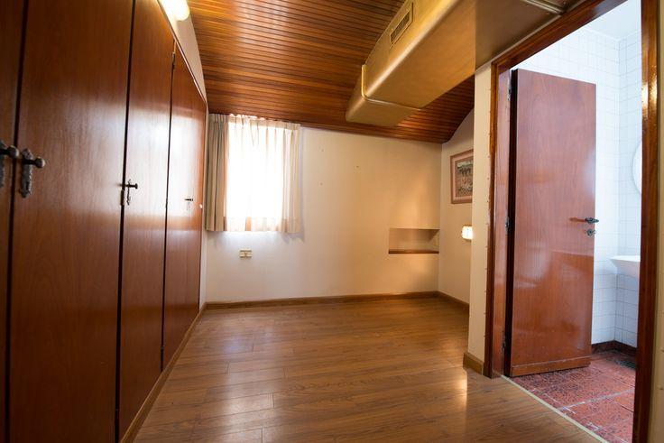 Otro de los dormitorios en Suite. Este, simula un camarote de una embarcación. Los muebles empotrados están del lado izquierdo. Su piso es flotante.