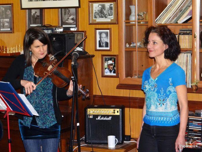 The Fililibi girls are performing again at Klub Barrande, a very nice and friendly wine bar in Prague. A Fililibi lányok újra fellepnek a Barrande Klubban, egy nagyon kedves és barátságos prágai bo…