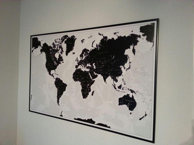 """Nyhet! Världskarta """"Black & White"""" som du kan märka ut dom länderna du rest till med nålar. Perfekt för att visa dina vänner vart du varit i världen eller som present till någon """"Backpacker"""". En tavla som aldrig går ur tiden.  Mått 86 cm x 137 cm  Levereras med 25 svarta nålar och handgjord ram i svart."""