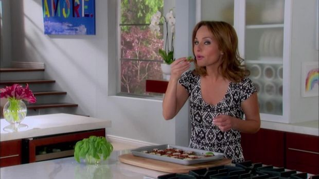 Staffel 5 Episode 11: Koch-Kunst: Parmesan-Auberginen und Wodka Martini - Giada kocht - Happy Italian Food - sixx
