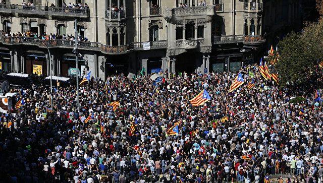 Το Κουτσαβάκι: Στη Βαρκελώνη, δύο χιλιάδες άνθρωποι διαμαρτύροντα...