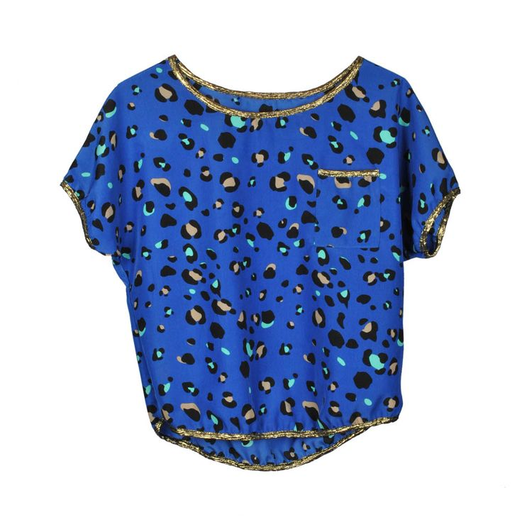 Blusa azul de mujer con estampado animal print.