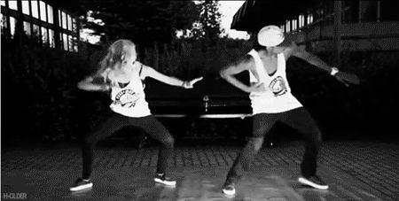 ...tento mostrar pro boy os meus passos de dança.