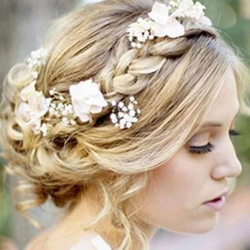 Coiffure romantique avec tresse - 20 coiffures pour vous inspirer sur http://www.flair.be/fr/coiffures/285180/mariage-20-coiffures-pour-vous-inspirer/photo-1/#photoset