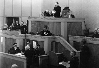 La Sociedad de Naciones #SDN fue un organismo internacional creado por el Tratado de Versalles, el 28 de junio de 1919. Se proponía establecer las bases para la paz y la reorganización de las relaciones internacionales una vez finalizada la #PrimeraGuerramundial.