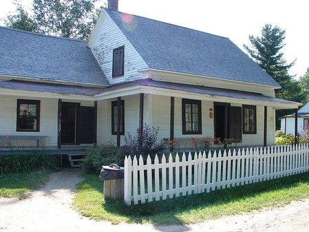 je veux une petite cloture devant la maison.... pas nécessairement comme celle là mais j'en veux une   Maison ancestrale au Village québécois d'antan, à Drummondville