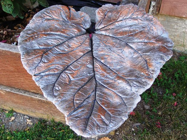 A big leaf cast in concrete, then given a finish of metallic paint and sealer -- what a great project for garden decorations!!