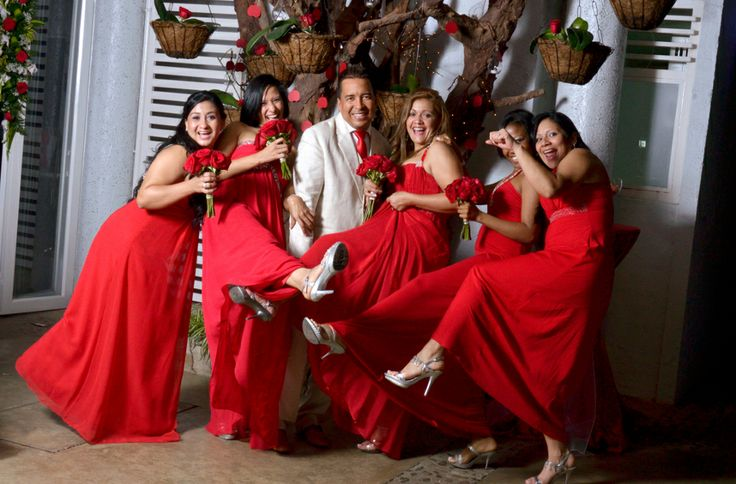 ¿Qué tal una toma del Novio con las Damas de Honor? Una imagen que se debe tener para el álbum de boda. #FotografoDeBodasEnCali